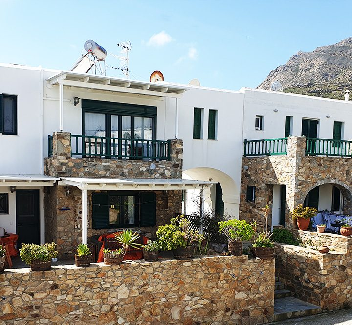 Vacations residence Biki is available for rent, hosts 6 persons and is near the center of Serifos